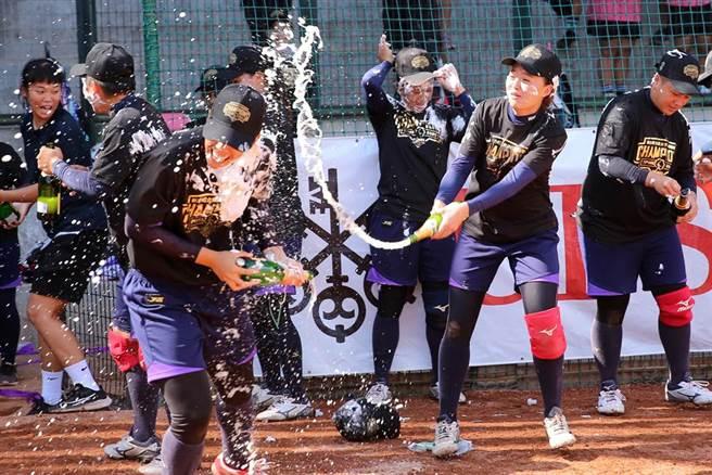 2020企業女壘聯賽落幕,福添福嘉南鷹奪冠,球員們開心噴香檳慶功。(黃世麒攝)