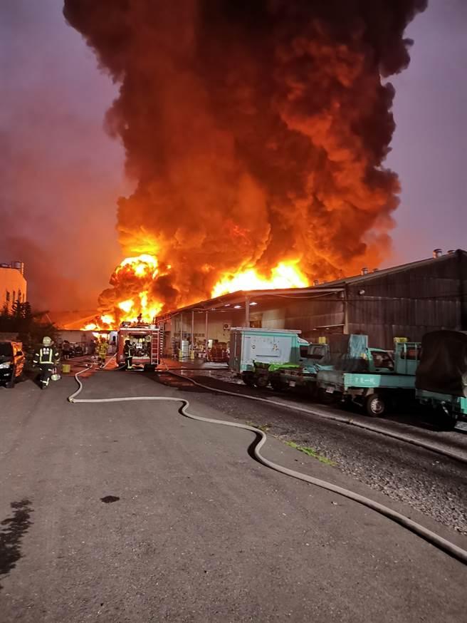 :屏東內埔工業區15日下午發生大火,消防人員前往搶救。(屏東縣消防局提供/潘建志屏東傳真)