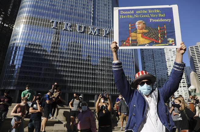 紐約川普大廈前每天都有大量民眾聚集抗議川普,許多紐約人對川普非常反感,公開表明不歡迎他回到紐約居住。(圖/美聯社)