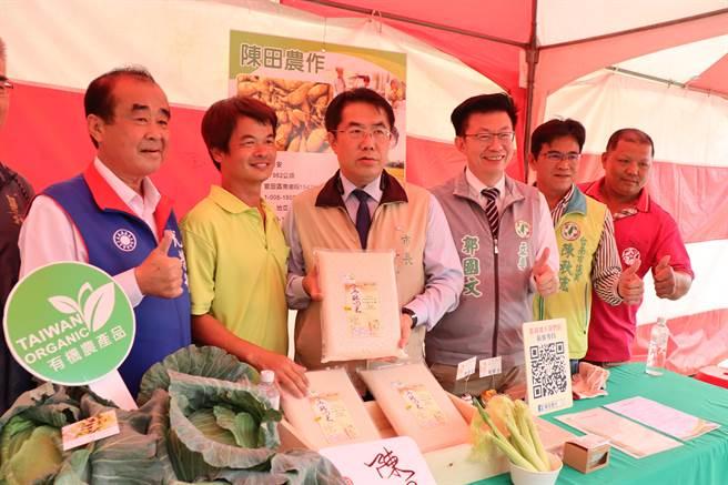 台南市府推動無毒友善農耕,市長黃偉哲(左三)呼籲大家用消費支持青農。(劉秀芬攝)