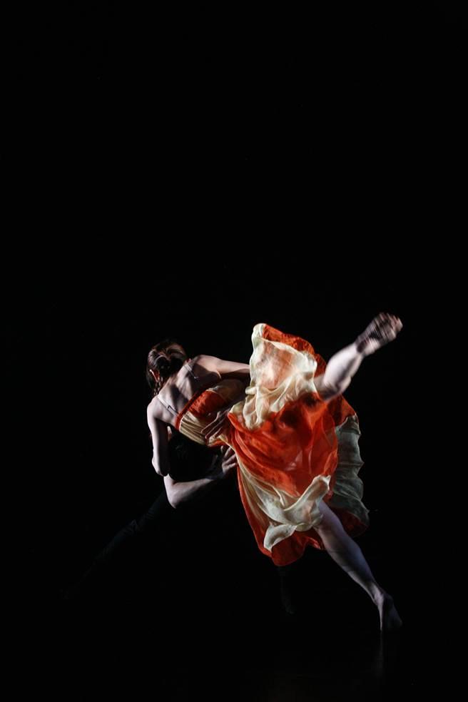近年屢獲大獎的編舞家蔡博丞,近期集結舞作精華匯演,包括〈浮花〉、〈Hugin/Munin〉、〈深深〉與〈雙頭犬〉,獲得義大利諾瑪劇院的孥多劇院國際劇院專業評審團特別獎。圖為探討水汙染的舞作〈深深〉。(丞舞製作團隊提供)