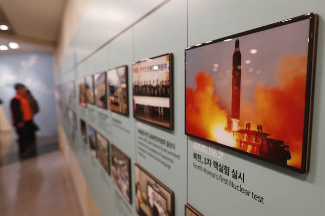 如果金正恩在拜登上任初就採取挑釁行動,恐造成拜登恢復美韓大規模軍演、加強制裁。圖為南韓展試北韓相關試射照片。(圖/美聯社)