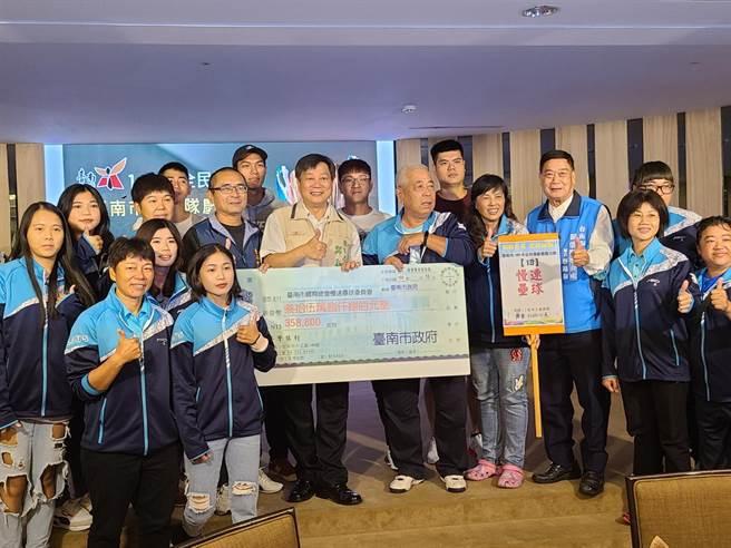 台南市政府15日晚間慶功並頒發597萬3900元獎勵金。(台南市政府提供/曹婷婷台南傳真)