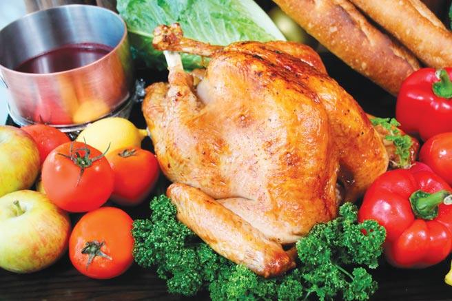 台中日月千禧感恩耶诞火鸡礼篮外带轻松在家享大餐,预购享早鸟88折。图/台中日月千禧酒店提供