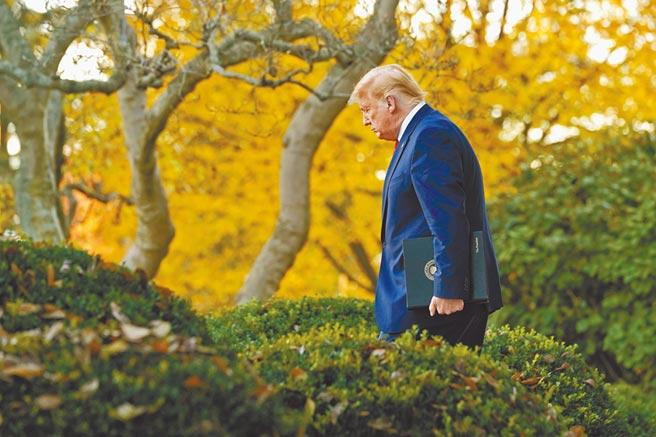 美國總統川普13日在白宮玫瑰花園發表講話。這是美國媒體宣布拜登贏得大選後,他首次公開露面。儘管未直接談及大選話題,但他暗示下一任政府可能不是由他所領導。(美聯社)