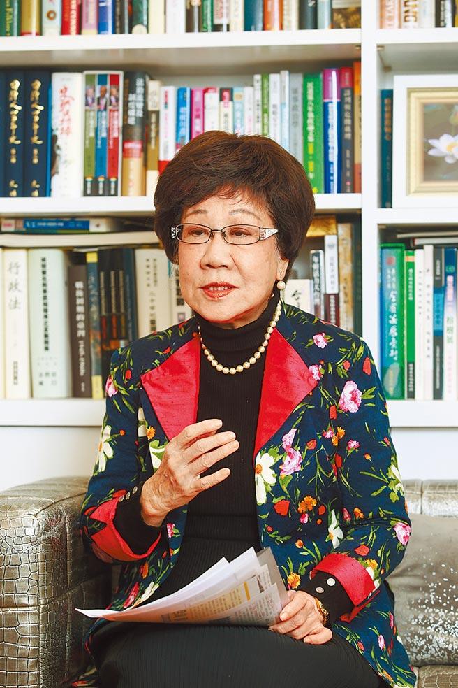 前副總統呂秀蓮昨透露,1990年大陸重量級涉台學者曾以象蛇比喻兩岸,把台灣形容為「猛蛇」,認為大陸若冒然統一會「終生胃潰瘍」。(本報資料照片)