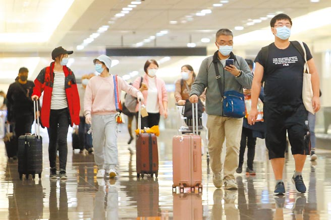 印尼移工天天傳確診 指揮中心:20日起暫緩來台。示意圖為在桃園機場入境管制區內,一群剛下機的旅客正準備通關入境。(資料照 范揚光攝)
