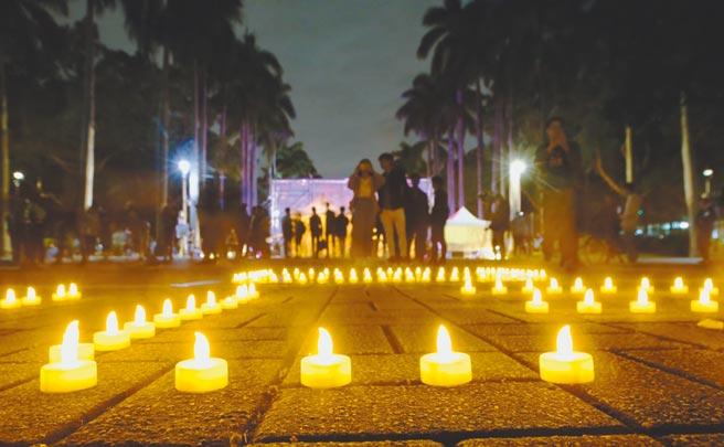 台灣大學近來發生數起學生不幸事件,台大學生會14日晚間10時點在椰林大道舞台前舉行燭光晚會,夜晚中同學點起蠟燭,共同溫暖校園中的彼此,一起走過這個冬天。(陳怡誠攝)
