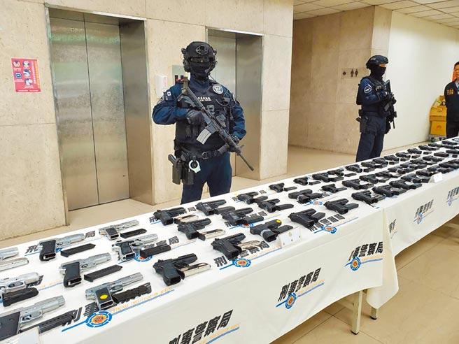 國內改造槍支來源大多來自模擬槍與操作槍,圖為警方查獲大批模擬槍。(林郁平攝)