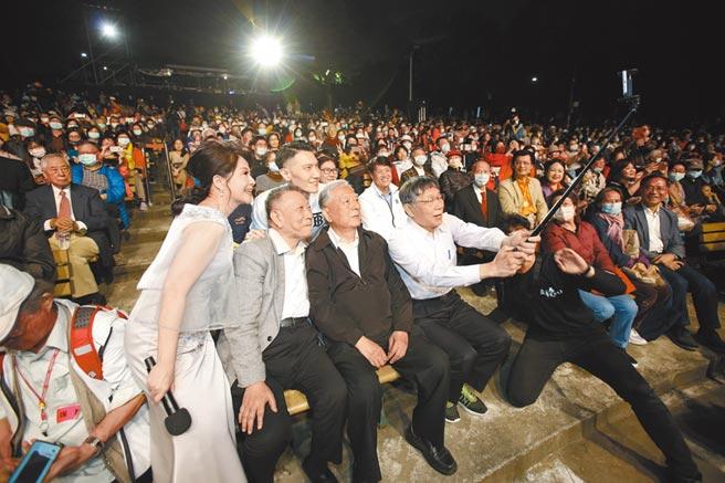 前台北市長黃大洲(前排右二)、現任市長柯文哲(前排右一)與沈慶京(前排左二)、主持人童中白(前排左一)與音樂會現場觀眾自拍留下歷史記憶。(沈春池文教基金會提供)