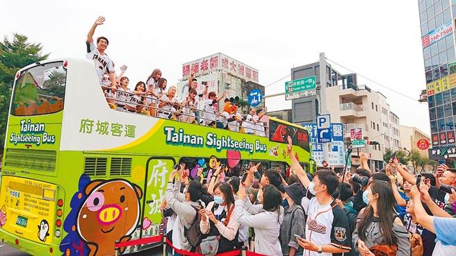 獲得今年職棒總冠軍的統一獅隊在台南搭雙層巴士遊行,球迷熱情回應球員。(程炳璋攝)