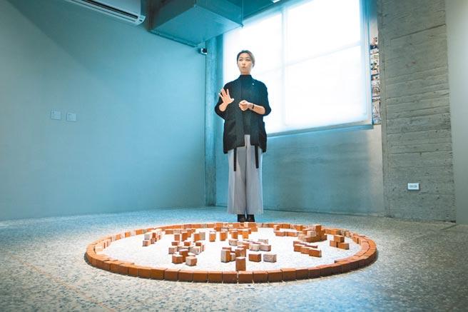 金馬賓館《狂.禪》邵永添、邵雅曼父女雙個展15日開展,邵雅曼善於微觀,用不同的繪畫筆觸、媒材、影像堆疊出特殊的意境。(袁庭堯攝)