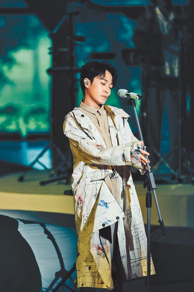 吳青峰昨在淡水雲門劇場舉辦首場「上下冊」演唱會。(環球音樂提供)