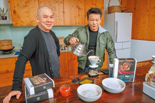 蔡明亮(左)和李康生日前一起手做甜點、手沖咖啡。(盧禕祺攝)