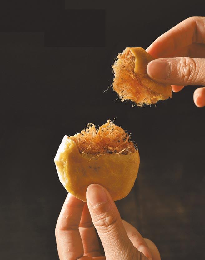 【復興館】武松殿肉鬆餅(10入)售價480元(盒) ,每人每天限購10盒。(SOGO提供)