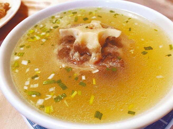 湯清味鮮的牛尾湯。(梁幼祥提供)
