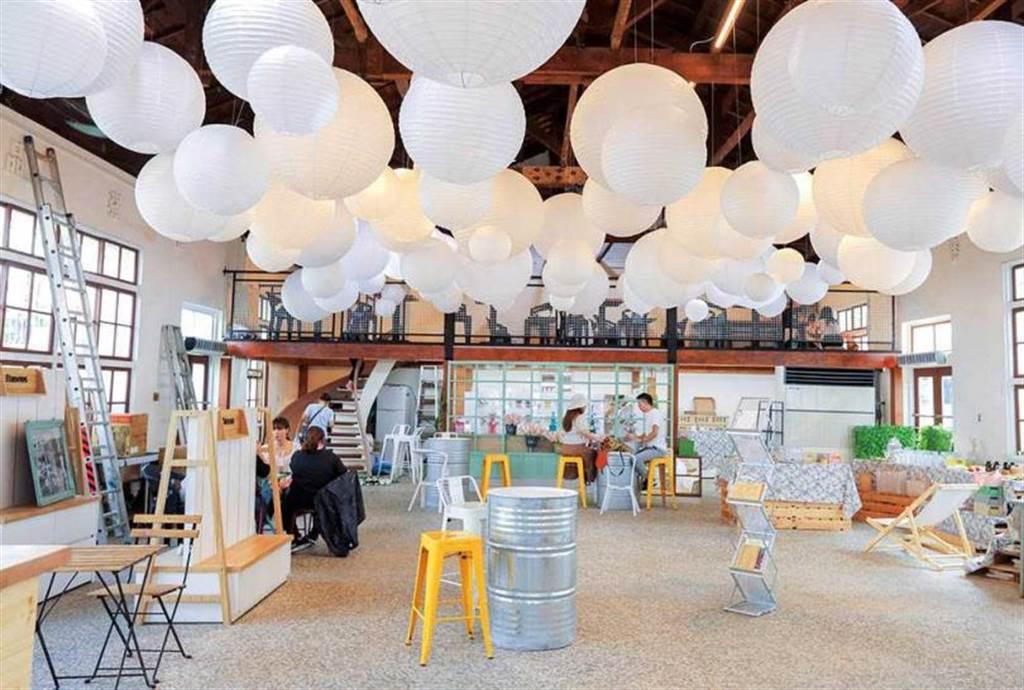 「耍廢特區」的用餐空間,可以隨意尋找喜歡的座位,享受現場氛圍。(圖/林士傑攝)