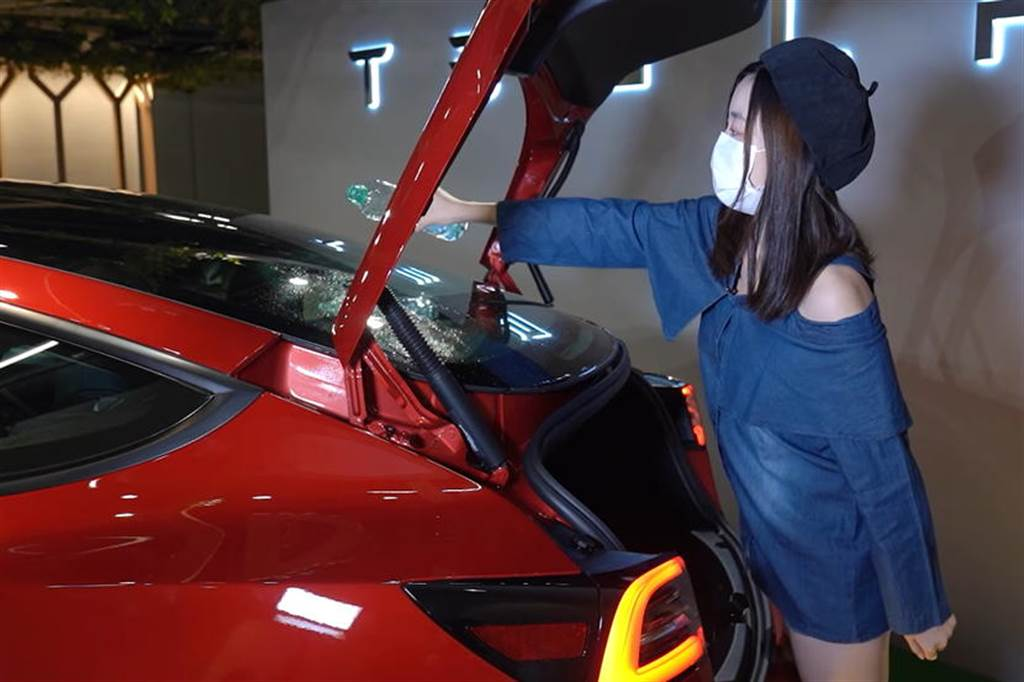 細看 2021 年式 Model 3 新增的後擋打洞排水膠條,可望改善打開後車廂門的漏水現象