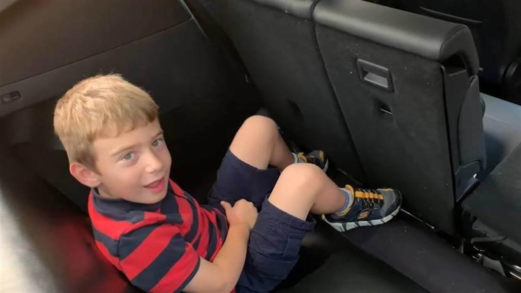 超前特斯拉:車主動手為 Model Y 裝上第三排座椅,七人座看來還不差?