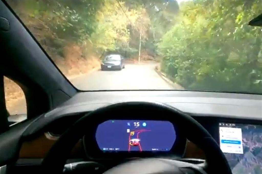 特斯拉 FSD beta 又更像真人駕駛了:山路從容會車,平面道路會繞過前方暫停的擋路車輛