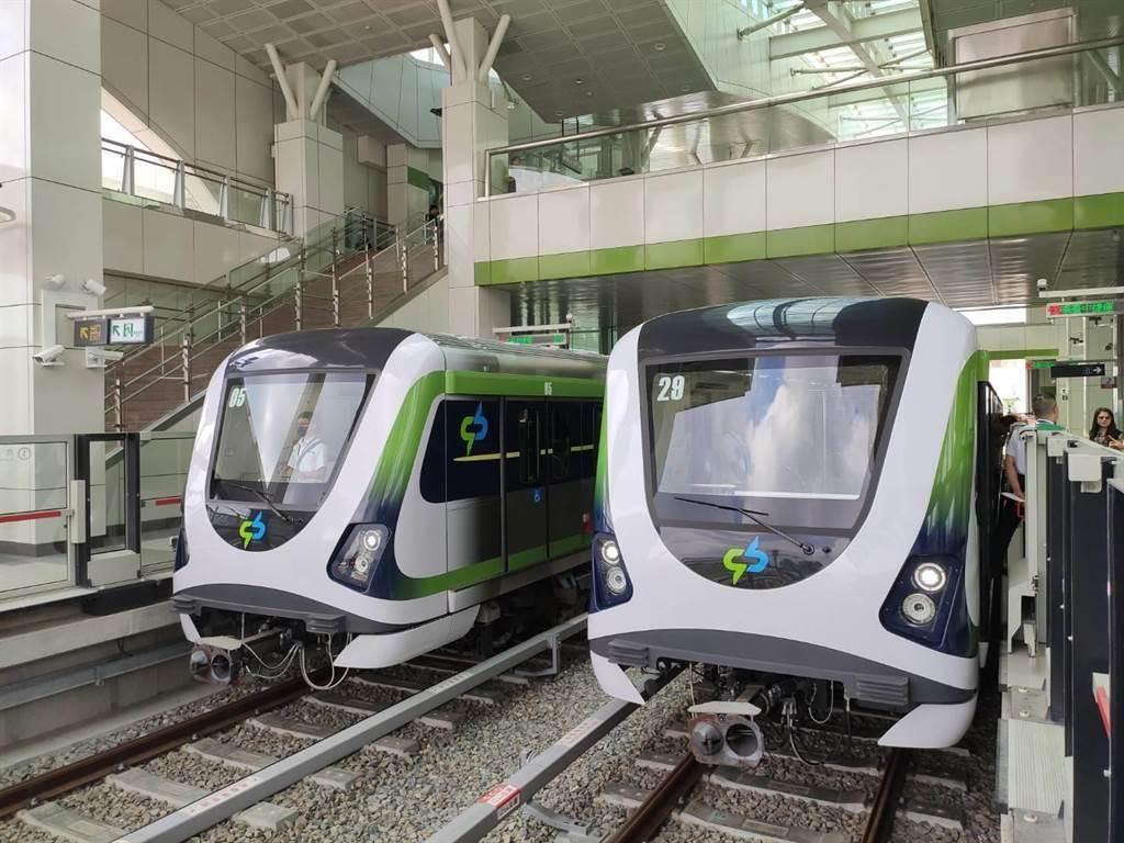 台中捷運綠線車廂外觀除了正統白綠色相間列車,另有5部「彩蛋列車」。(張妍溱攝)