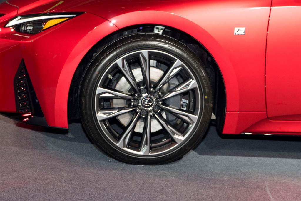 F Sport車型升級19吋輪圈