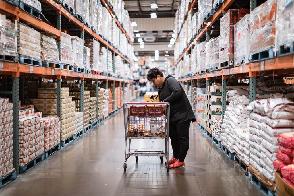 近日一名好市多會員發文訴苦,表示用了20年的購物袋在賣場內「消失」,提醒民眾要仔細盯好私人商品。(示意圖/Shutterstock)