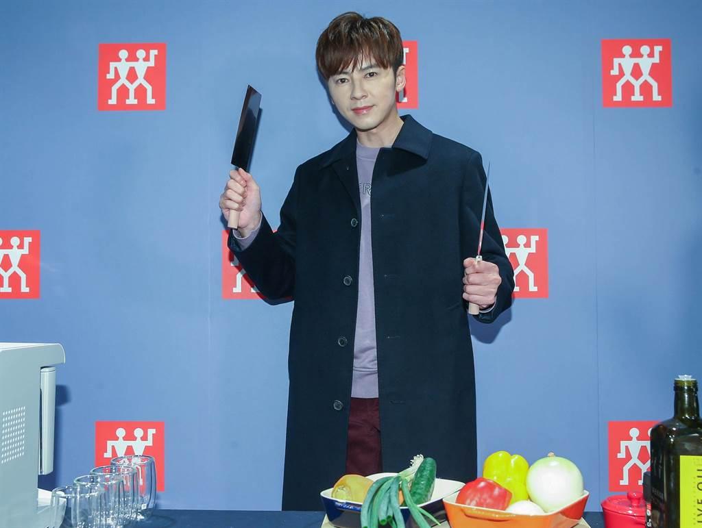 李国毅出席活动拿起菜刀有模有样。(粘耿豪摄)