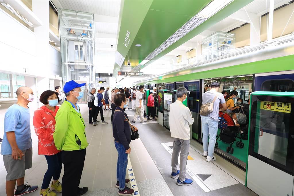 台中捷運綠線16日起展開試營運,首日搭乘數突破7萬人次。(盧金足攝)