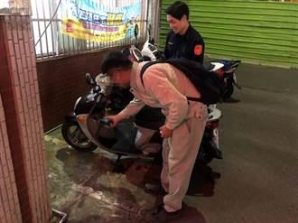 男子機車拋錨找不到加油站  員警幫買油助解圍