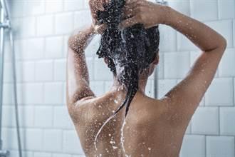 女大生借沖澡下一秒尖叫 好色男同學全裸闖浴室伸魔爪