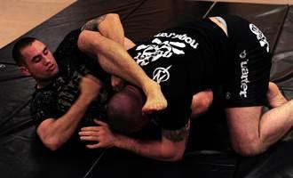紐約上演街頭格鬥 擄嬰暴徒慘遭MMA選手一擊必殺
