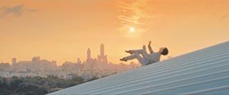 探討全球暖化 周書毅爬屋頂跳舞