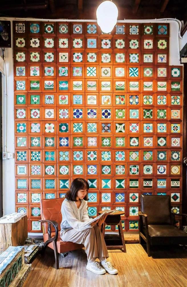 在「台灣花磚博物館」的牆面上,展示從各地蒐集回來的美麗花磚。(圖/林士傑攝)