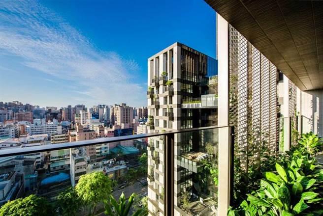 除了在台北市置产,据传夫妻俩近日也在台中买下两户豪宅。(图/翻摄自网路)