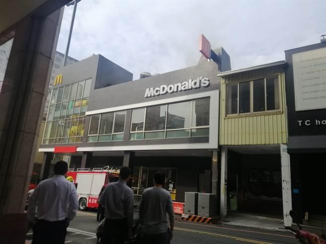 麥當勞台南民族店火警濃煙狂竄,初步判斷是炸薯餅油鍋起火。(照片來源:臉書《台南爆料公社-台南最大社團》)