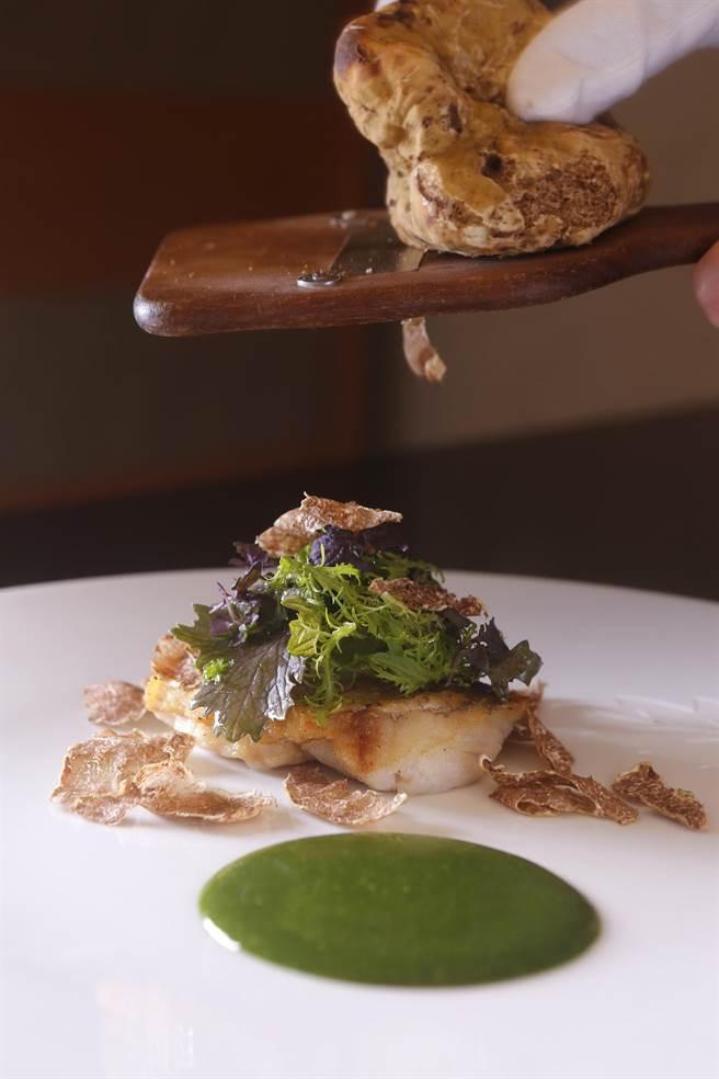 三二行館主廚Jimmy陳溫仁烹調的〈宜蘭大溪鮮魚佐精萃海藻〉,以單純手法煎魚再搭配現刨白松露。(圖/三二行館)