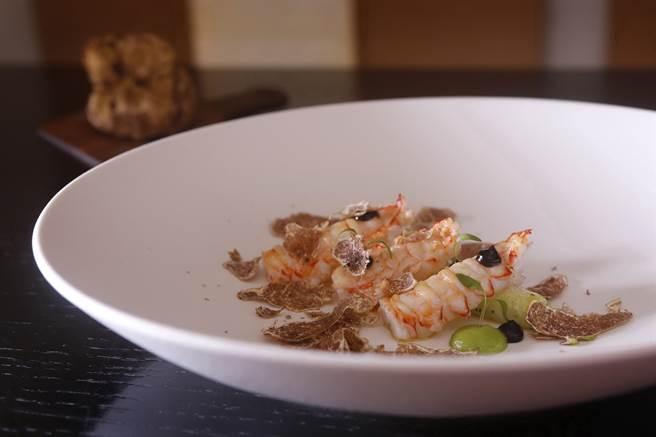 肥美鮮甜的角蝦口感較草蝦、白蝦更有彈性,三二行館主廚Jimmy以最單純方式烹製〈宜蘭南方澳角蝦佐台中東勢大蔥〉。(圖/三二行館)