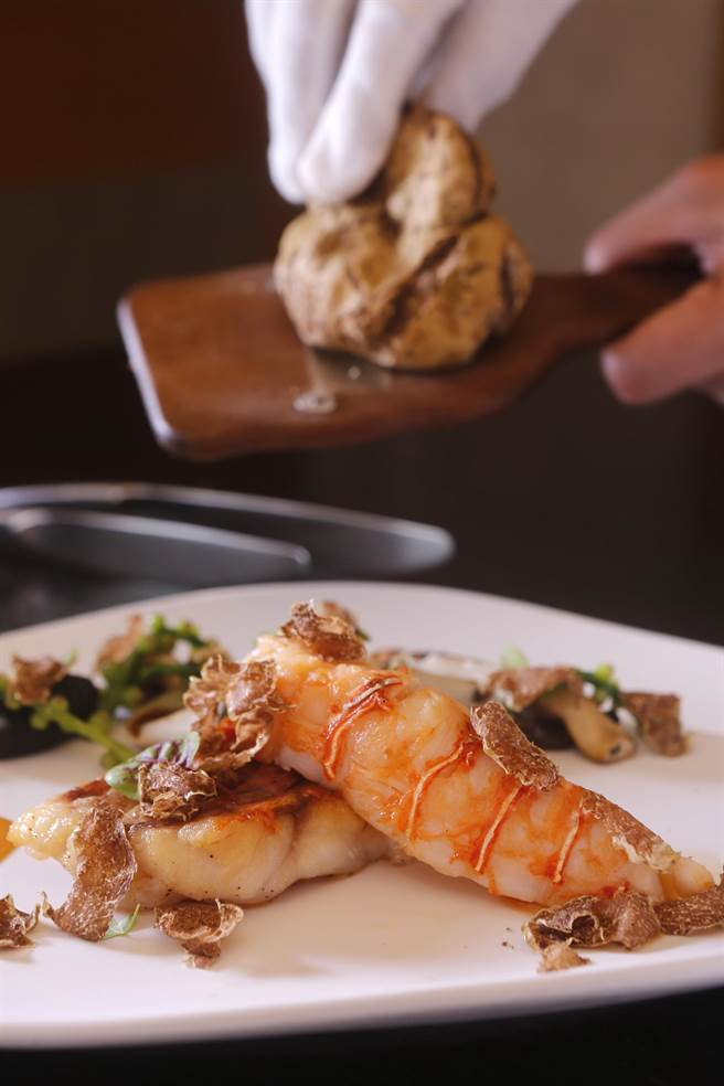 三二行館白松露盛宴套餐中的〈台東成功野生龍蝦及澎湖鮮魚〉的龍蝦是先Sous-vide後再香煎,搭配澎湖每日現撈鮮魚。(圖/三二行館)