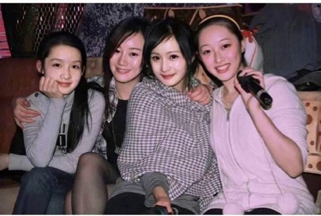 陸網曝光楊冪(右二)和李沁(左)、張檬、蔣夢婕的12年前舊照。(圖/取材自網易娛樂頻道微博)