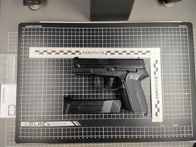 警方查獲李男使用的玩具槍。(警方提供,圖/陳鴻偉)