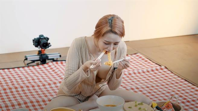 女主播打扮清涼吃泡麵。(圖/YT@ Realgraphic)