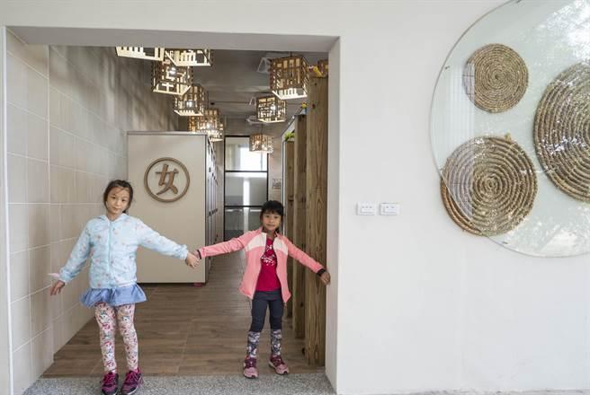 南隘國小以草編藝術風格改建25年老廁所,全新廁所有如度假飯店一般,讓師生和訪客十分驚豔。(陳育賢攝)