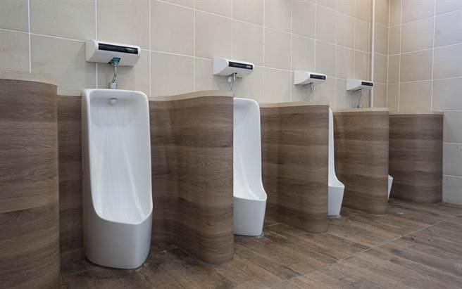 新竹市政府5年來斥資1億2000萬元,預估在110學年度開學前,改善全市33校、299間老舊廁所。(陳育賢攝)