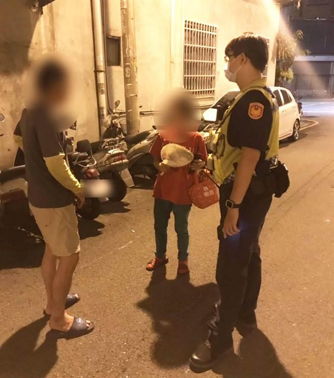 警方巡邏時發現老婦人蹲在路邊,運用M-Police身分查證系統查出老婦身分後,護送其返家。(警方提供/陳世宗台中傳真)