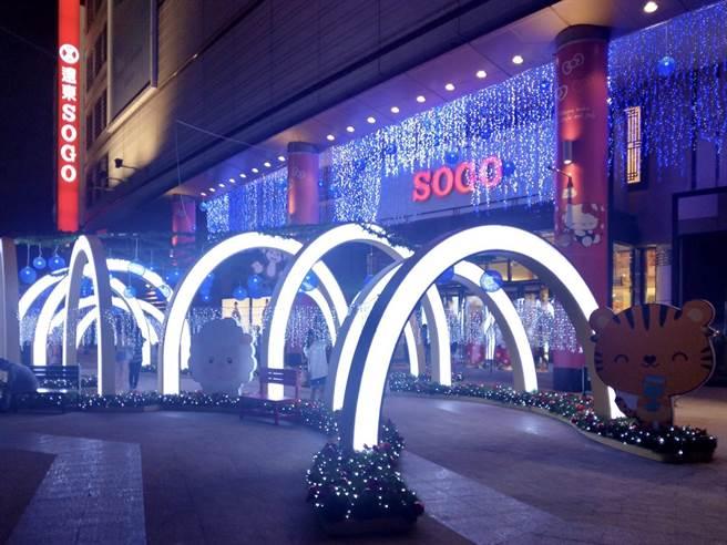 新竹SOGO夜晚新地標「幸福光廊 Happy Together」,點亮新竹耶誕城。(SOGO提供/陳育賢新竹傳真)