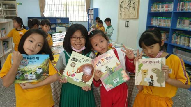 孩子們爭相找到自己喜歡的新書,<BR><BR><b><a href=