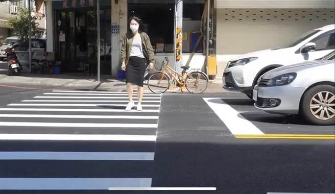 今年9月1日起警方針對路口未禮讓行人的汽、機車開罰,但因員警「視角」問題,有民眾被誤開而怨聲載道。(黃美慧提供/陳育賢新竹傳真)