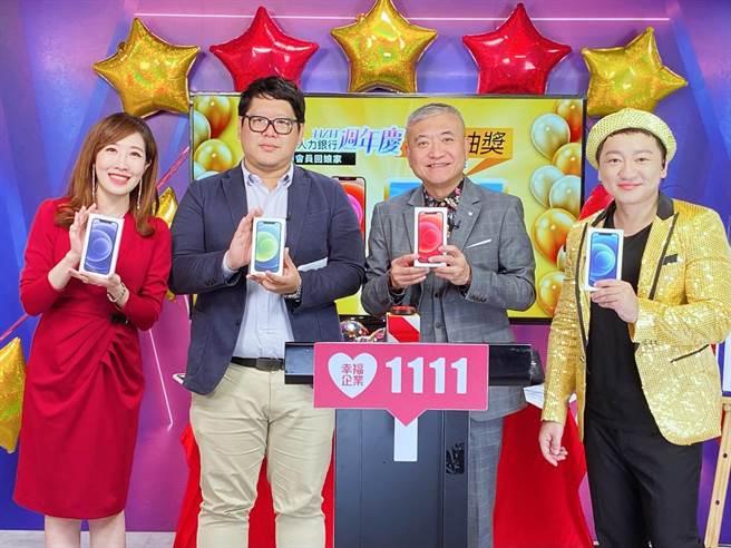1111人力銀行周年慶,民眾劉先生在直播節中領取iphone手機。(1111人力銀行提供)