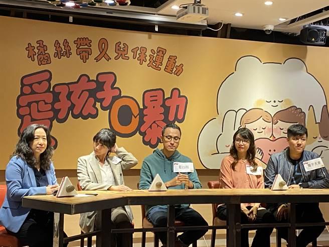 兒盟今日舉辦「台灣民眾被家長體罰經驗與認知調查記者會」,現場也邀請親子名人如藍白拖、村子裡的凱莉哥、詹宇夫妻共同分享自身育兒經驗與想法。(李柏澔攝)